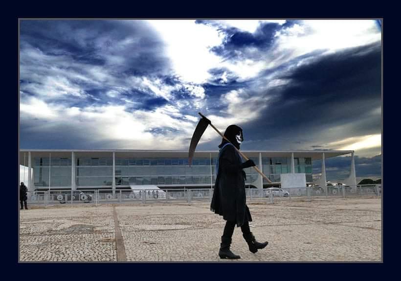 Homem fantasiado de morte passeia em frente ao Planalto.